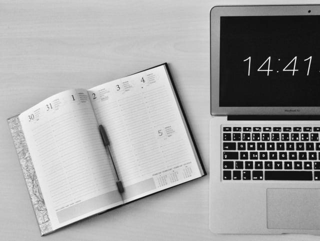 """Αν είστε ο τύπος εργαζόμενου που τις υποχρεώσεις του τις γράφει σε μια «κόλα χαρτί» - που συνήθως βρίσκεται στο γραφείο ή στην ατζέντα σας - καλό θα ήταν να αρχίσετε να μαθαίνετε εφαρμογές όπως το asana, το Monday ή το trello οι οποίες λειτουργούν σαν """"backoffice"""" για τις υποχρεώσεις σας. Μπορείτε να τις ομαδοποιείτε, να τις μοιράζεστε με συναδέλφους, να βάζετε deadlines, και προτεραιότητες."""