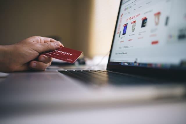 Τέλος αν πρέπει να κινήσετε χρήμα – να λάβετε ή να πληρώσετε τις υποχρεώσεις σας, όλες οι τράπεζες έχουν εξελίξει τις e-banking υπηρεσίες τους έτσι ώστε να μην χρειάζεται να πάτε σε φυσικό κατάστημα.