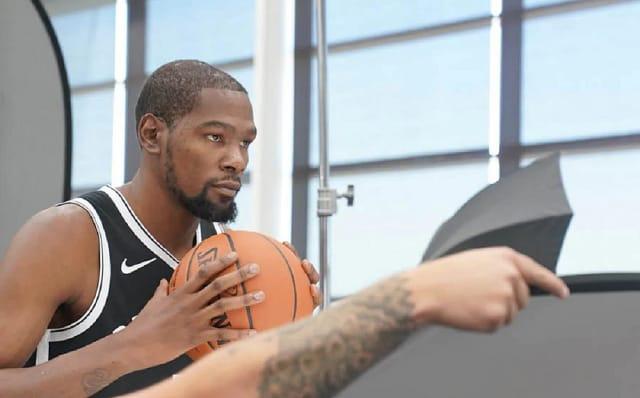"""A NBA tem muitos casos confirmados do novo coronavírus. Entre os atletas que tiveram seus nomes divulgados, estão:Kevin Durant, um dos grandes nomes da liga de basquete norte-americana. O jogador foi um dos quatro do Brooklyn Nets a testarem positivo para a Covid-19. O time não divulgou o nome dos infectados, mas Durant, de 31 anos, revelou que era um deles. O atleta estava afastado das quadras após romper o tendão de Aquiles do pé direito,em junho de 2019;Rudy Gobert, do Utah Jazz, de 27 anos, o primeiro jogador da NBA a testar positivo para o novo coronavírus. O resultado foi divulgado no dia 11 e, após isso, toda a temporada foi suspensa. Além dele, o colega de clube Donovan Mitchell, de 23 anos, foi confirmado com a Covid-19;Marcus Smart, do Boston Celtics. """"Estou bem, estou bem. Não sinto nenhum dos sintomas"""", disse o armador, de 26 anos, em vídeo postado em suas redes sociais. Christian Wood, do Detroit Pistons. Ele enfrentou o Utah Jazz, de Gobert e Mitchell, no dia 7 de março.Há ainda outros casos confirmados no Los Angeles Lakers e Philadelphia 76ers, mas os clubes não divulgaram os nomes dos atletas."""