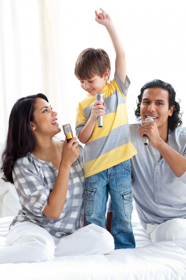 Organiza un karaoke colectivo en el que se vinculen a los niños y adultos del hogar; asegúrate de incluir muchas canciones infantiles, pero no sobrepases el nivel de ruido que pueda molestar a los vecinos.