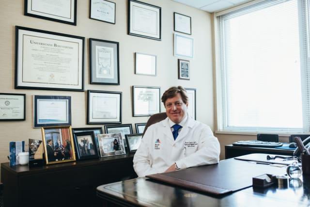 Καλύπτει το μεγαλύτερο μέρος - αν όχι όλο - των αμοιβών των γιατρών , όπως και τις περισσότερες χειρουργικές επεμβάσεις (ο Ασφαλιστής σου πρέπει να είναι σε θέση να σου τις αριθμήσει).
