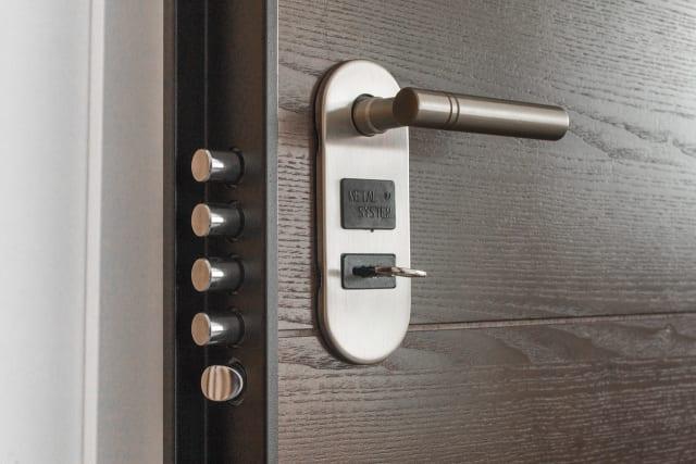 Ειδικά για την περίπτωση κάλυψης από κλοπή όσα περισσότερα είναι τα μέτρα ασφάλειας στο σπίτι σας τόσο λιγότερα θα πληρώνετε για την συγκεκριμένη κάλυψη. Πόρτες ασφαλείας, κουφώματα ασφαλείας, συναγερμός.