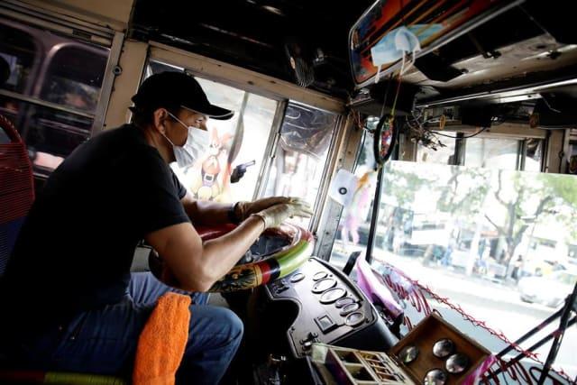 El/la conductor/a debe usar guantes, lavar sus manos durante la jornada laboral, así como antesy después del uso de guantes.