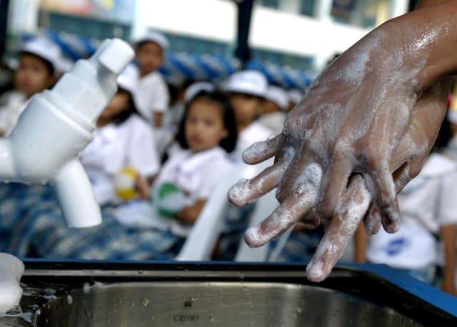 Lavarse bien las manos con suficiente jabón y agua cuando lleguen a su destino.