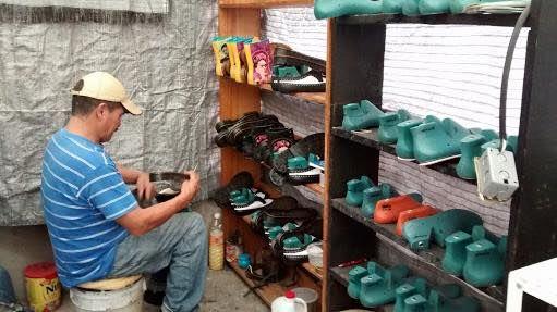 El oficio de zapatero es una verdadera creación artesanal que aún se conserva en algunos puntos de la ciudad. En Marigeo encontrarás un trabajo de calidad en piel, tela, plástico o el material que gustes para entregarte el zapato, zapatilla, botas y tenis que siempre soñaste y a tu medida. Todo el trabajo es manual y los pueden hacer acorde a las especificaciones que des en tu orden; recibirás tu par de zapatpos nuevos en aproximadamente 15 días. ¿Dónde?: Nayarit 42, Roma Sur. Contacto: 4327 2786 / 04455 2046 5006.¿Cuándo?: previa cita teléfónica.¿Cuánto?: depende, desde los $2,00 pesos a $4,000, depende de modelo, talla y especificaciones del cliente.